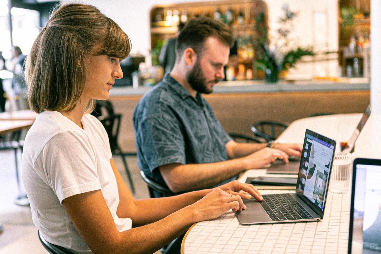 osoby przy laptopach