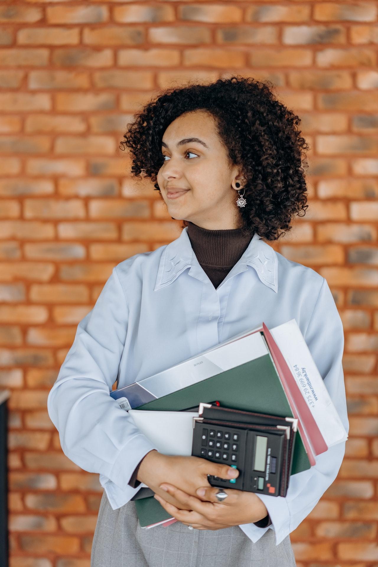 kobieta z kalkulatorem